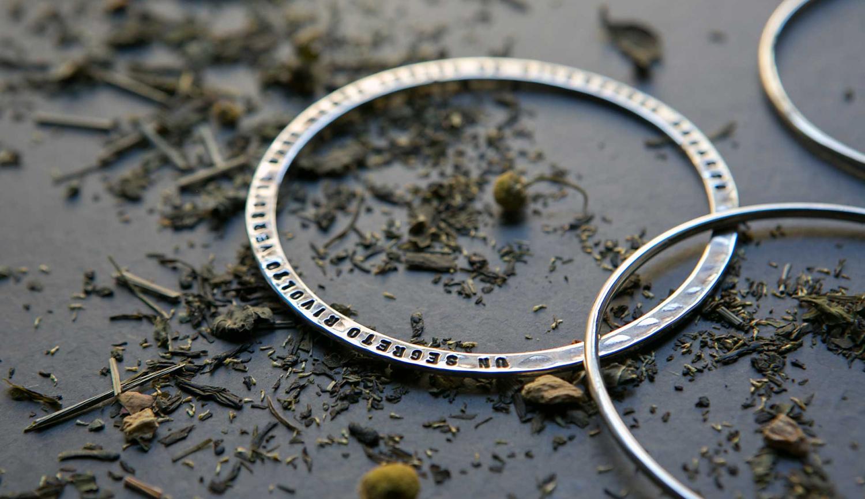 fabio-corsini-gioielli-argento-ottone-personalizzati-autunno-inverno-bracciali-su-tavolo